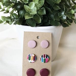 Színes gyurma fülbevalók, Ékszer, Fülbevaló, Pötty fülbevaló, Gyurma, Kézzel készült színes fülbevaló csomag.\n3 pár fülbevalót tartalmaz.\nBordó,  színes és mályva színben..., Meska
