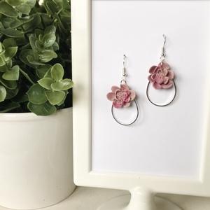 Mályva virág fülbevaló, Ékszer, Fülbevaló, Lógós fülbevaló, Gyurma, Kézzel készült, egyedi fülbevaló.  \nMályva és rózsaszín gyurma és ezüst színű medál felhasználásával..., Meska