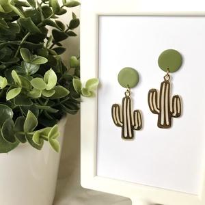 Zöld kaktusz fülbevaló, Ékszer, Fülbevaló, Lógós fülbevaló, Gyurma, Kézzel készült, egyedi süthető gyurma fülbevaló.\nZöld színű gyurma és kaktusz medál felhasználásával..., Meska