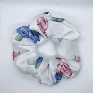 Rózsás fehér szatén hajgumi, scrunchie L-es, Ruha & Divat, Hajdísz & Hajcsat, Hajgumi, Varrás, Rózsa mintás fehér szatén anyagból készült hajgumi.\nÁtmérője: 14 cm., Meska