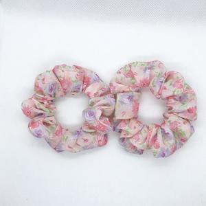 Virágos kislány hajgumi, scrunchie S-es, Ruha & Divat, Hajdísz & Hajcsat, Hajgumi, Varrás, Rózsaszín virágos kislány hajgumi. 2 db.\nÁtmérője: 10 cm., Meska