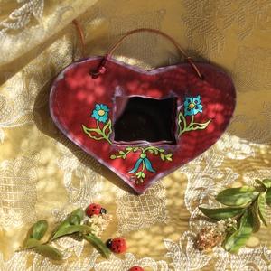 Szívtükör - tükörszív, Otthon & lakás, Dekoráció, Dísz, Lakberendezés, Képkeret, tükör, Festészet, Festett tárgyak, \nFából fűrészelt, kézzel festett tükör.\n\n\n A tükör mérete: 8x12cm.(kerettel).\n\n Az akasztó vörösréz,..., Meska