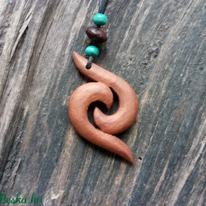Dupla koru, Ékszer, Medál, Nyaklánc, Ékszerkészítés, Famegmunkálás, Szilvafából készült saját tervezésű medál.\nA maori kultúrában a koru a kibomló páfránylevelet szimbo..., Meska