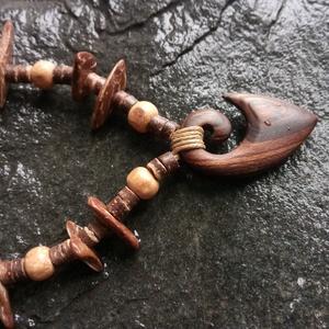 koru (spirál), Ékszer, Medál, Nyaklánc, Ékszerkészítés, Famegmunkálás, Különleges sötétszínű fából (borsófa) készült nyaklánc. \nMéret: 4 x 2,5 cm.\nA maori kultúrában a kor..., Meska