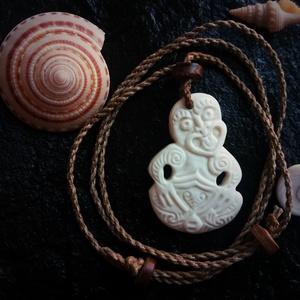 Hei Tiki medál, Ékszer, Medál, Nyaklánc, Ékszerkészítés, Szobrászat, Tiki egy nagyon ősi szimbólum a maori mitológiában. Az első emberként és a tudás hordozójaként tiszt..., Meska