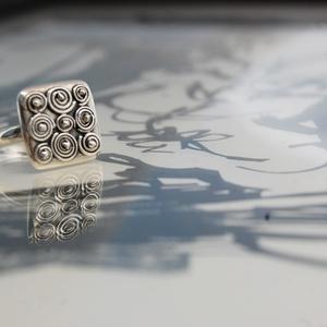 9 csiga gyűrű, Ékszer, Gyűrű, Szoliter gyűrű, Ékszerkészítés, Ötvös, Kilenc kis csiga 1,5x 1,5cm-en,báránybodoriba gyűrűzve. Legkedvesebb gyűrűim egyike.\nHabár ebből töb..., Meska