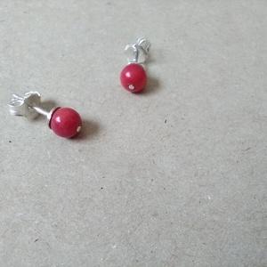 piros bambuszkorall gombóc 6 mm, Pötty fülbevaló, Fülbevaló, Ékszer, Ékszerkészítés, Ötvös, 6 mm-es piros bambuszkorall gyönggyel foglalt ezüst fülbevaló.\nMéretek:  7 mm -es gyöngytányéron, eg..., Meska