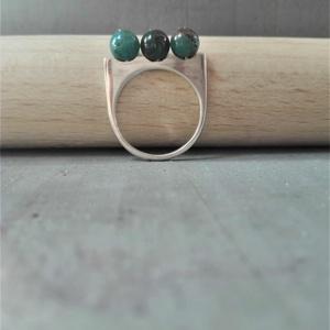 Három kékek-apatit gyöngy és ezüst, Ékszer, Gyűrű, Többköves gyűrű, Ékszerkészítés, Ötvös, Három nagyon különböző apatit gyönggyel foglalt ezüst vonal gyűrű.\n\nA gyűrű magassága a köveknél: 8m..., Meska