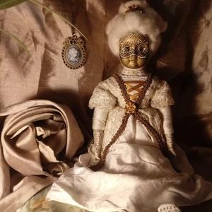 Marionne fehér-arany baba, Művészet, Szobor, Baba-és bábkészítés, Varrás, Marionne egy felújított porcelánbaba, barokk stílusú ruhában, arcra festett velencei maszkkal, pontt..., Meska