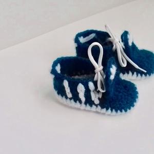 Adidas ihletésű baba cipő, Táska, Divat & Szépség, Gyerekruha, Ruha, divat, Gyerek & játék, Baba (0-1év), Horgolás, Saját kezűleg horgolt adidas baba cipő kék-fehér  színben! A cipő mérete 9 cm. Alkalmas kocsiba hord..., Meska