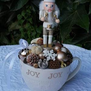 Karácsonyi asztaldísz diótörő figurával, Otthon & Lakás, Dekoráció, Asztaldísz, Virágkötés, Mindenmás, Karácsonyi asztaldísz,bögrében., Meska