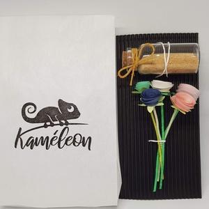 Mini csokor 3, Otthon & Lakás, Dekoráció, Mini virágcsokor 5 szál virággal, kis üvegben.  Magassága 9 cm. A virágok papírból készültek. Mutató..., Meska