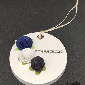 Kerámia illatkő - Szeretettel 3 virággal, Otthon & Lakás, Dekoráció, Kavics & Kő, Kerámiaporból készült illatkő, melyet kiváló minőségű tihanyi levendula illóolajjal átitatva adok át..., Meska