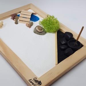 Zen kert - tóval, füstölővel, Otthon & Lakás, Dekoráció, Dísztárgy, Famegmunkálás, Mindenmás, Mini Zen kert, amit egy 18 x 13 cm-es natúr képkeret átalakításával készítettem, a hozzá tartozó kis..., Meska