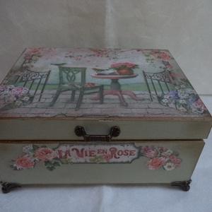 Rózsakert - fa doboz, Otthon & lakás, Lakberendezés, Tárolóeszköz, Doboz, Decoupage, transzfer és szalvétatechnika, Festett tárgyak, Fából készült tárolódoboz, alapja 15x20 cm, magassága 9 cm + a láb.\nA dobozt kívül-belül lefestettem..., Meska