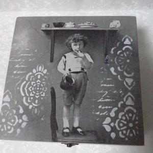 Torkoska - 4 fakkos fa doboz, Doboz, Tárolás & Rendszerezés, Otthon & Lakás, Decoupage, transzfer és szalvétatechnika, Festett tárgyak, A doboz elkészítését a kedves vintage szalvéta ihlette, melyen egy tündéri fiúcska éppen torkoskodik..., Meska