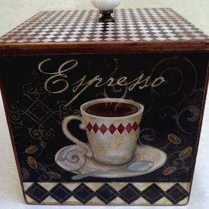 Espresso vagy cappucino? Fedeles fa kávésdoboz, Doboz, Tárolás & Rendszerezés, Otthon & Lakás, Decoupage, transzfer és szalvétatechnika, Festett tárgyak, 14x14 cm-s fedeles fa doboz.\nA dobozt pácoltam, majd kávé és kárómintás papírokkal dekoráltam, antik..., Meska