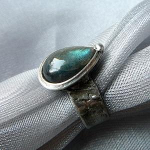 Labradorit gyűrű, Ékszer, Szerelmeseknek, Ünnepi dekoráció, Dekoráció, Otthon & lakás, Gyűrű, Ékszerkészítés, Fémmegmunkálás, Saját tervezésű egyedi kézműves alkotás.\n\nA gyűrű Tiffany technikával készült labradorit csepp és ól..., Meska