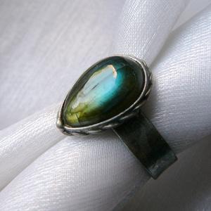 Labradorit gyűrű, Ékszer, Gyűrű, Ékszerkészítés, Fémmegmunkálás, Saját tervezésű egyedi kézműves alkotás.\n\nA gyűrű Tiffany technikával készült labradorit csepp és ól..., Meska