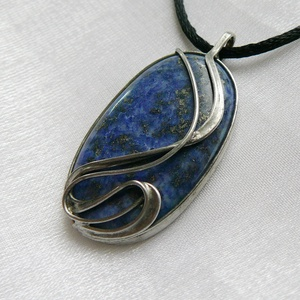 Lápisz lazuli medál, Ékszer, Nyaklánc, Medálos nyaklánc, Ékszerkészítés, Fémmegmunkálás, Saját tervezésű egyedi kézműves alkotás.\n\nA medál Tiffany technikával készült lápisz lazuli és ólomm..., Meska