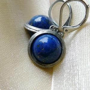Lápisz lazuli fülbevaló, Ékszer, Fülbevaló, Lógós fülbevaló, Ékszerkészítés, Fémmegmunkálás, Saját tervezésű egyedi kézműves alkotás.\n\nA fülbevaló Tiffany technikával készült lápisz lazuli és ó..., Meska