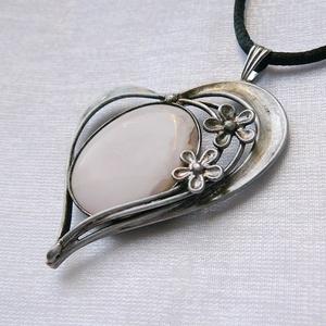 Rózsaszín kalcit szív medál, Ékszer, Nyaklánc, Medálos nyaklánc, Ékszerkészítés, Fémmegmunkálás, Saját tervezésű egyedi kézműves alkotás.\n\nA medál Tiffany technikával készült kalcit és ólommentes, ..., Meska