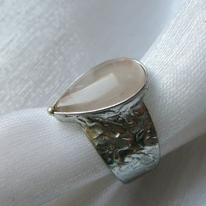 Rózsakvarc gyűrű, Ékszer, Gyűrű, Szoliter gyűrű, Ékszerkészítés, Fémmegmunkálás, Saját tervezésű egyedi kézműves alkotás.\n\nA gyűrű Tiffany technikával készült howlit és ólommentes, ..., Meska