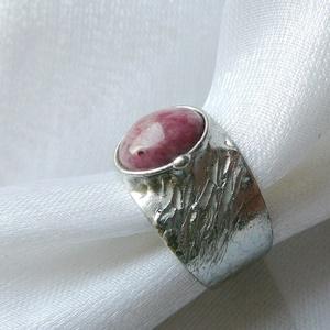 Rodonit gyűrű, Ékszer, Gyűrű, Szoliter gyűrű, Ékszerkészítés, Fémmegmunkálás, Saját tervezésű egyedi kézműves alkotás.\n\nA gyűrű tiffany technikával készült rodonit és ólommentes,..., Meska