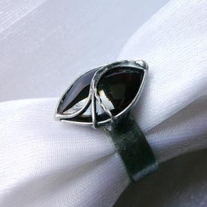 Gránát gyűrű, Ékszer, Gyűrű, Szoliter gyűrű, Ékszerkészítés, Fémmegmunkálás, Saját tervezésű egyedi kézműves alkotás.\n\nA gyűrű Tiffany technikával készült gránát és ólommentes, ..., Meska