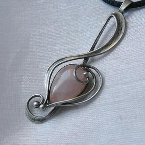 Rózsakvarc violinkulcs  medál, Ékszer, Nyaklánc, Medálos nyaklánc, Ékszerkészítés, Fémmegmunkálás, Saját tervezésű egyedi kézműves alkotás.\n\nA medál Tiffany technikával készült rózsakvarc és ólomment..., Meska