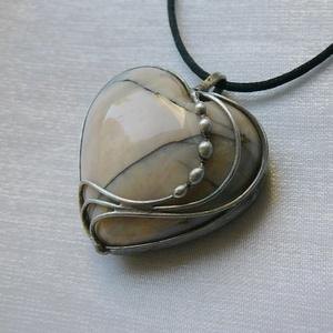 Merlinit szív medál, Ékszer, Nyaklánc, Medálos nyaklánc, Ékszerkészítés, Fémmegmunkálás, Saját tervezésű egyedi kézműves alkotás.\n\nA medál Tiffany technikával készült merlinit és ólommentes..., Meska