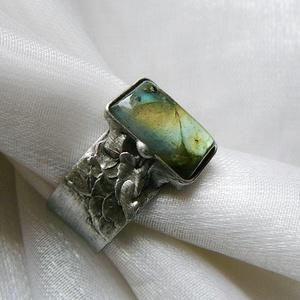 Labradorit gyűrű, Ékszer, Gyűrű, Szoliter gyűrű, Ékszerkészítés, Fémmegmunkálás, Saját tervezésű egyedi kézműves alkotás.\n\nA gyűrű Tiffany technikával készült labradorit csepp és ól..., Meska