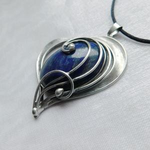 Lápisz lazuli szív medál, Ékszer, Nyaklánc, Medálos nyaklánc, Ékszerkészítés, Fémmegmunkálás, Saját tervezésű egyedi kézműves alkotás.\n\nA medál Tiffany technikával készült lápisz lazuli és ólomm..., Meska