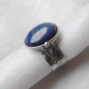 Lápisz lazuli gyűrű, Ékszer, Gyűrű, Statement gyűrű, Ékszerkészítés, Fémmegmunkálás, Saját tervezésű egyedi kézműves alkotás.\n\nA gyűrű Tiffany technikával készült lápisz lazuli és ólomm..., Meska