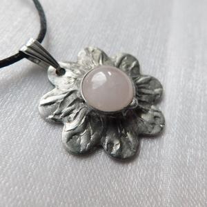 Rózsakvarc virág medál, Ékszer, Fülbevaló, Lógó fülbevaló, Ékszerkészítés, Fémmegmunkálás, Saját tervezésű egyedi kézműves alkotás.\n\nA medál Tiffany technikával készült rózsakvarc és ólomment..., Meska