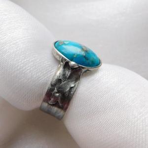 Türkiz gyűrű, Ékszer, Gyűrű, Szoliter gyűrű, Ékszerkészítés, Fémmegmunkálás, Saját tervezésű egyedi kézműves alkotás.\n\nA gyűrű Tiffany technikával készült valódi türkiz és ólomm..., Meska