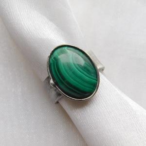 Malachit gyűrű, Ékszer, Gyűrű, Szoliter gyűrű, Ékszerkészítés, Fémmegmunkálás, Saját tervezésű egyedi kézműves alkotás.\n\nA gyűrű Tiffany technikával készült malachit és ólommentes..., Meska