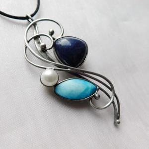 Lápisz lazuli medál, Ékszer, Nyaklánc, Medálos nyaklánc, Ékszerkészítés, Fémmegmunkálás, Saját tervezésű egyedi kézműves alkotás.\n\nA medál Tiffany technikával készült lápisz lazuli, gyöngyh..., Meska