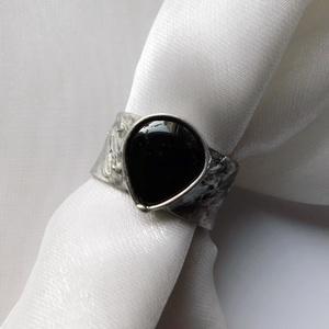 Turmalin gyűrű, Ékszer, Gyűrű, Statement gyűrű, Ékszerkészítés, Fémmegmunkálás, Saját tervezésű egyedi kézműves alkotás.\n\nA gyűrű tiffany technikával készült fekete turmalin és ólo..., Meska