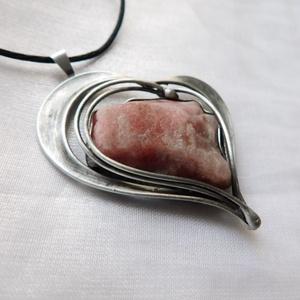 Rubellit szív medál, Ékszer, Nyaklánc, Medálos nyaklánc, Ékszerkészítés, Fémmegmunkálás, Saját tervezésű egyedi kézműves alkotás.\n\nA medál Tiffany technikával készült nyers rózsaszín turmal..., Meska