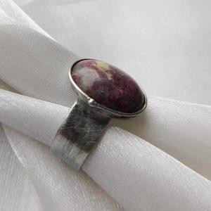 Rubellit gyűrű, Ékszer, Gyűrű, Statement gyűrű, Ékszerkészítés, Fémmegmunkálás, Saját tervezésű egyedi kézműves alkotás.\n\nA gyűrű tiffany technikával készült fekete turmalin és ólo..., Meska