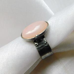 Rózsakvarc gyűrű, Ékszer, Gyűrű, Szoliter gyűrű, Ékszerkészítés, Fémmegmunkálás, Saját tervezésű egyedi kézműves alkotás.\n\nA gyűrű Tiffany technikával készült rózsakvarc és ólomment..., Meska