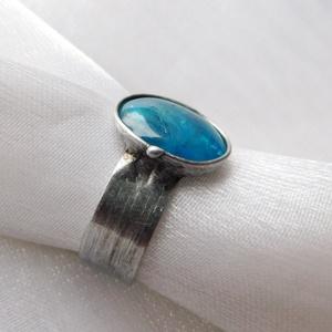 Apatit gyűrű, Ékszer, Gyűrű, Szoliter gyűrű, Ékszerkészítés, Fémmegmunkálás, Saját tervezésű egyedi kézműves alkotás.\n\nA gyűrű Tiffany technikával készült apatit és ólommentes, ..., Meska