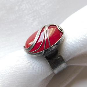 Jáde gyűrű, Ékszer, Gyűrű, Szoliter gyűrű, Ékszerkészítés, Fémmegmunkálás, Saját tervezésű egyedi kézműves alkotás.\n\nA gyűrű Tiffany technikával készült festett jáde és ólomme..., Meska