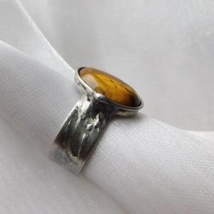 Tigrisszem gyűrű, Ékszer, Gyűrű, Statement gyűrű, Ékszerkészítés, Fémmegmunkálás, Saját tervezésű egyedi kézműves alkotás.\n\nA gyűrű tiffany technikával készült tigrisszem és ólomment..., Meska