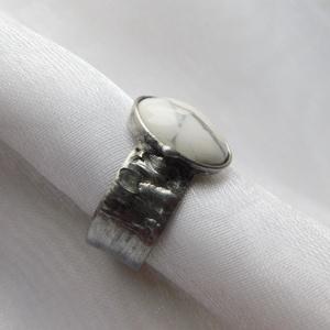 Howlit gyűrű, Ékszer, Gyűrű, Szoliter gyűrű, Ékszerkészítés, Fémmegmunkálás, Saját tervezésű egyedi kézműves alkotás.\n\nA gyűrű Tiffany technikával készült howlit és ólommentes, ..., Meska