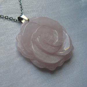 Rózsakvarc rózsa nyaklánc, Ékszer, Nyaklánc, Medálos nyaklánc, Ékszerkészítés, Orvosi acél szerelékre akasztottam ezt a különlegesen szép rózsakvarc medált.\nMivel az acél nem okoz..., Meska