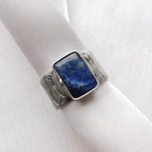 Szodalit gyűrű, Ékszer, Gyűrű, Szoliter gyűrű, Ékszerkészítés, Fémmegmunkálás, Saját tervezésű egyedi kézműves alkotás.\n\nA gyűrű Tiffany technikával készült szodalit és ólommentes..., Meska