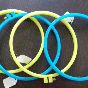 Műanyag hímzőkeret, Szerszámok, eszközök, Hímzés, A hímzőkeret teljes átmérője 21 cm. Sárga vagy kék színben van. 2 kék és 2 sárga keret eladó. Az ár ..., Meska