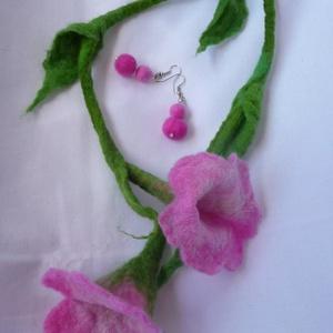 Nemez virág, hajékszer, Ékszer, Fülbevaló, Nyaklánc, Nemezelés, Gyapjúból készítem, hagyományos nemezelés technikával ezt a hajba, nyakba köthető ékszert, a vele ha..., Meska